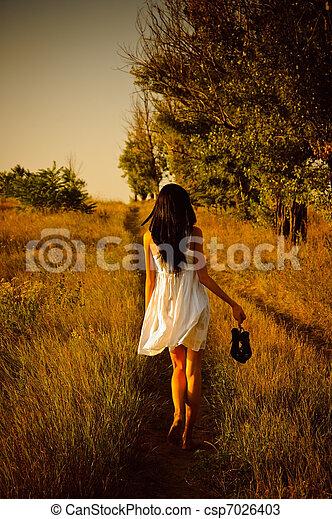 barfota, skor, hand, field., flicka, klänning, vit, baksidaen beskådar - csp7026403