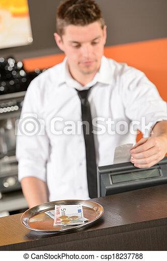 Camarero joven en uniforme tomando efectivo euro - csp18237788