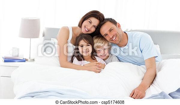 barn, föräldrar, deras, säng, lycklig - csp5174608