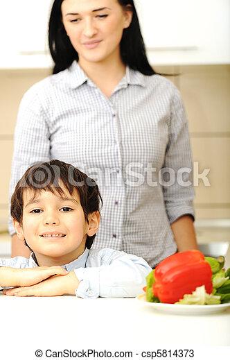 barn, måltiden, tillsammans, förbereda, mor - csp5814373