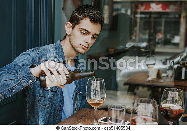 Un Joven En La Terraza Del Bar Bebiendo Cerveza