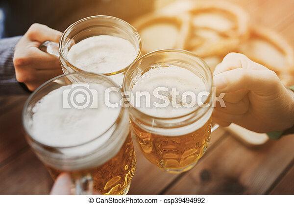 barre, grandes tasses, ou, bière, haut, pub, mains, fin - csp39494992