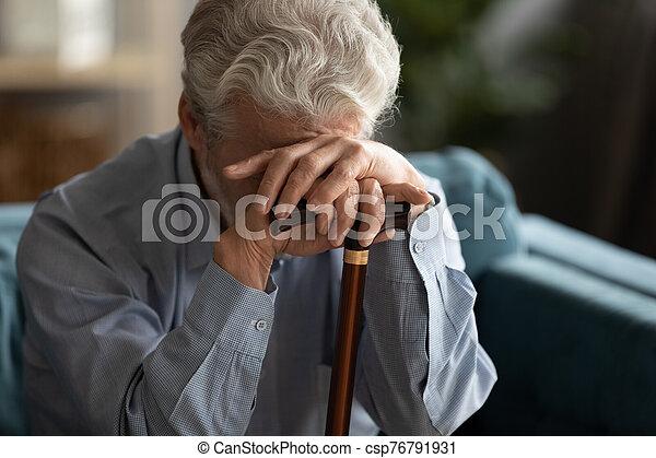 bastón, mano, hombre, tenencia, triste, el suyo, cara cubierta, anciano - csp76791931