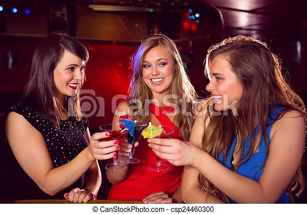 Lindas amigas bebiendo cócteles juntas - csp24460300