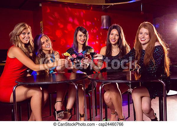 Lindas amigas bebiendo cócteles juntas - csp24460766