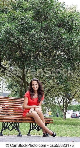 Bella mujer sentada - csp55823175