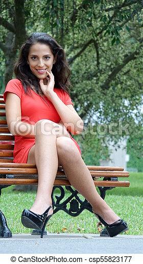 Sentado mujer bonita - csp55823177