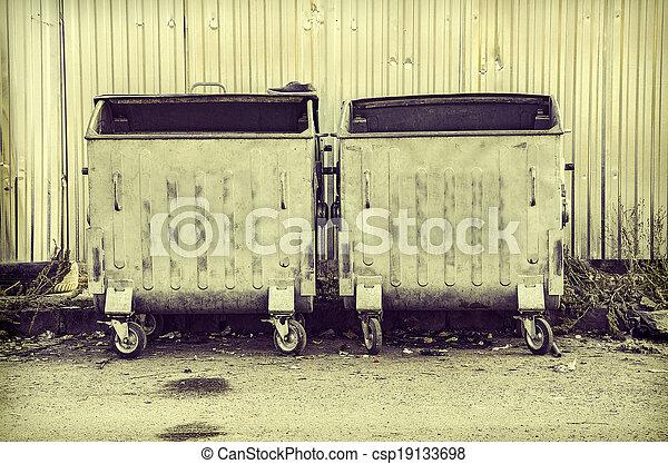 Un contenedor de basura - csp19133698