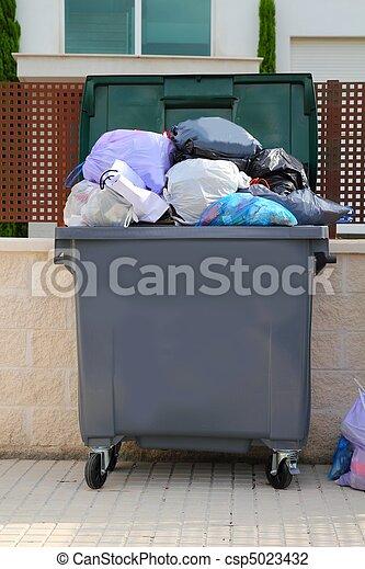 Basura llena de contenedores en la calle - csp5023432