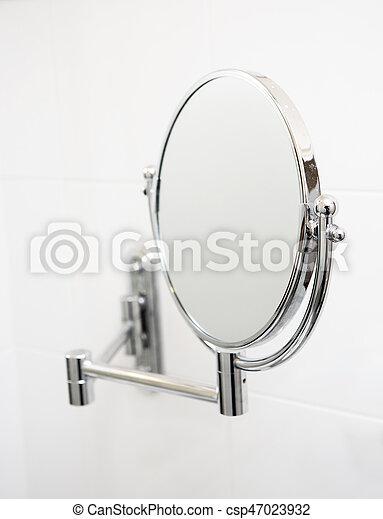 Espejo en el baño. - csp47023932