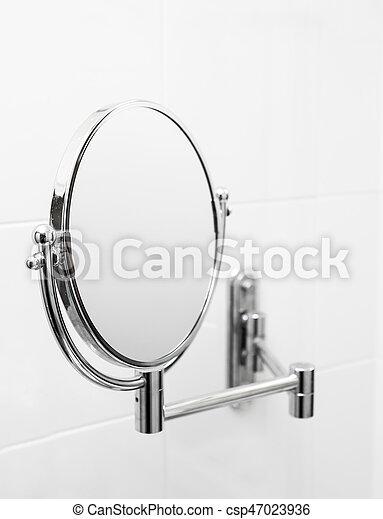 Espejo en el baño. - csp47023936
