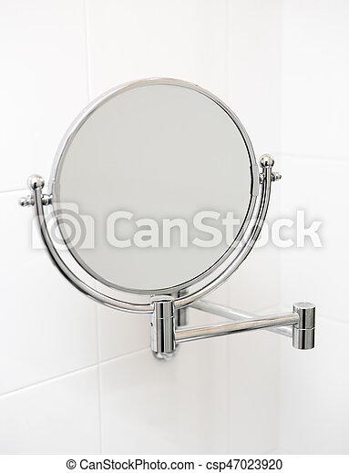Espejo en el baño. - csp47023920
