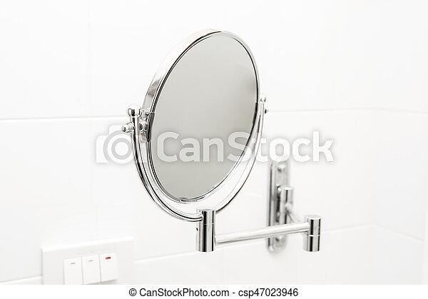 Espejo en el baño. - csp47023946