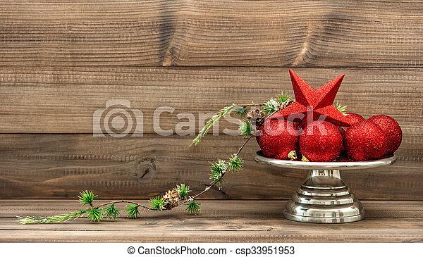 Decoración navideña con balones rojos. Un acuerdo antiguo - csp33951953