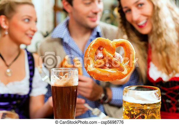 bayersk, öl, salt kringla, pub, folk - csp5698776