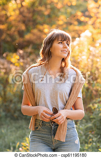 beau, épaules, femme, chandail, light., jeune, arbres, automne, fond, chaud, coucher soleil, jaune, feuillage, portrait, park. - csp61195180