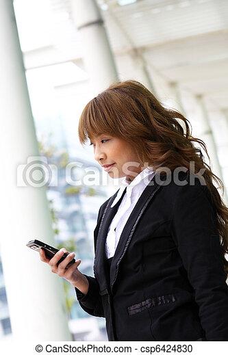 beau, bâtiment, affaires femme, moderne, téléphone - csp6424830