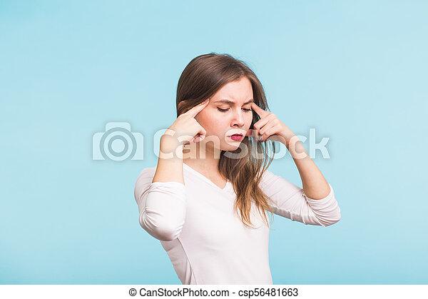 beau, bleu, épaules, femme, temples, elle, tension, jeune, toucher, nu, fond, portrait, sentiment - csp56481663