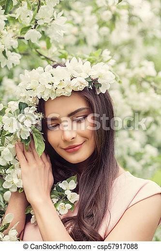 Beau Brun Coiffure Femme Sain Printemps Maquillage Fleur