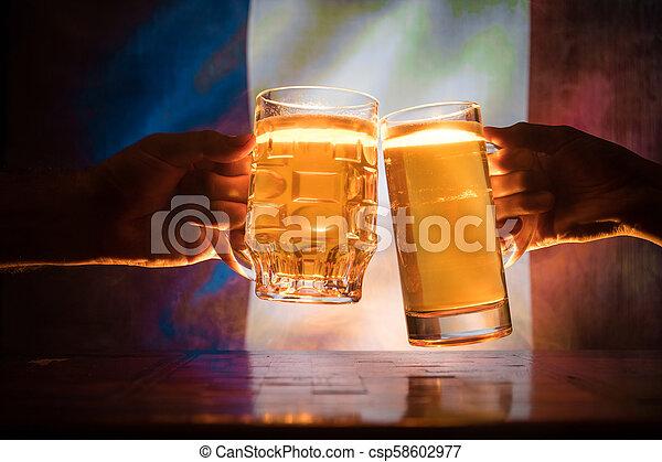 beau, (clinking), lumière, soutien, bière, drapeau, pub., brouillé, france., concept., vue, deux, fond, pays, grillage, amis, ton, lunettes - csp58602977