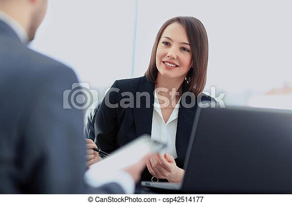 Image de beau conduite elle femme affaires jeune assis