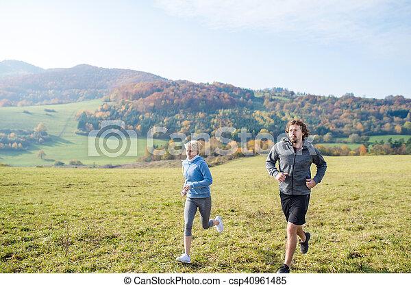 beau, couple, ensoleillé, jeune, automne, courant, nature. - csp40961485