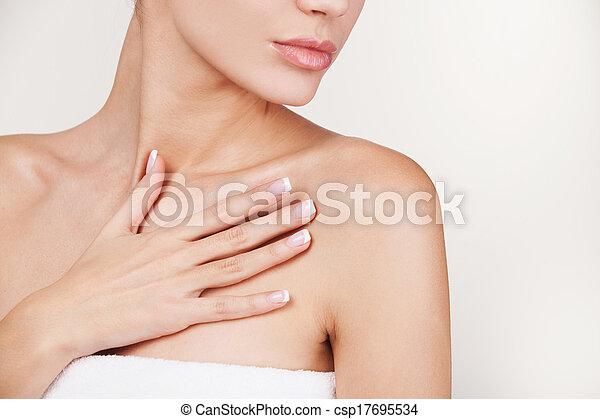 beau, debout, femme, serviette, image, jeune, tondu, gris, contre, fond, peau, emballé, care. - csp17695534