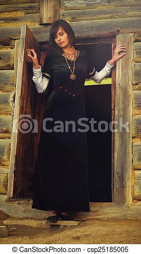 beau, debout, femme, velours, bûche, jeune, sombre, forêt noire, historique, petite maison, porte, cheveux, robe - csp25185005