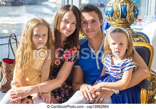 beau, famille, restaraunt, charmer, quatre, portrait - csp19962864