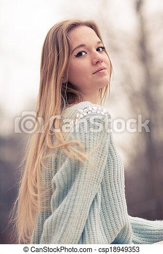 beau, froid, extérieur, hiver, jeune femme, poser, temps, joli, amusement, portrait, blond, avoir, sensuelles, park. - csp18949353
