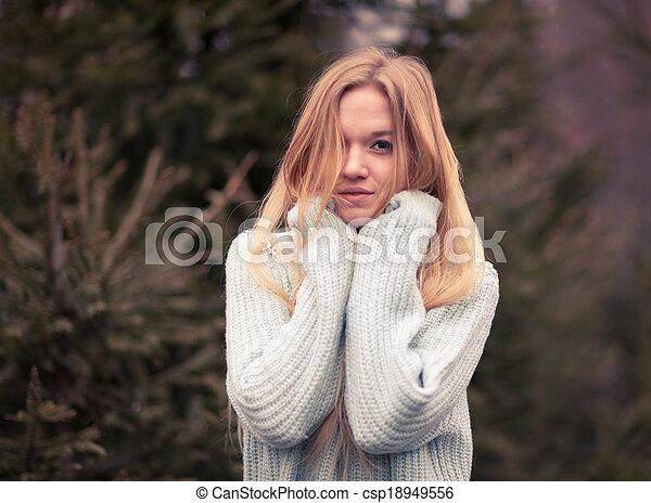beau, froid, extérieur, hiver, jeune femme, poser, temps, joli, amusement, portrait, blond, avoir, sensuelles, park. - csp18949556