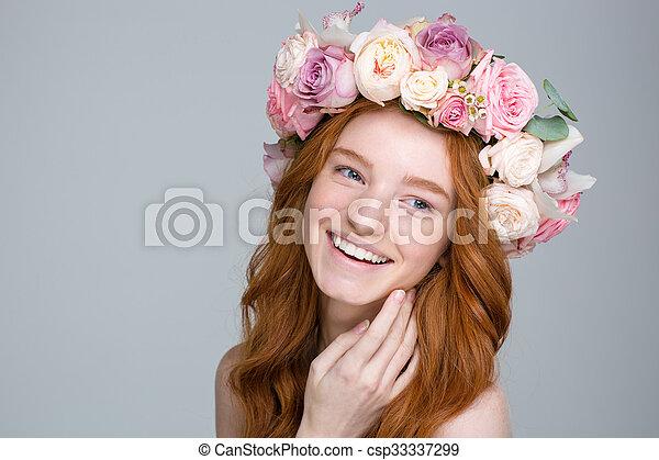 beau, gai, femme, couronne, charmer, cheveux, fleur, rouges ,