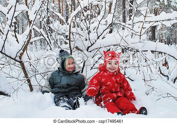 beau, garçon, neige-couvert, hiver, séance, forest., sourire, girl - csp17495461