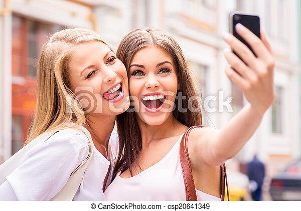beau, jeune, selfie, selfie., deux, grimacer, fabrication amis, femmes - csp20641349