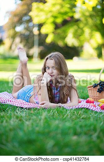 beau, parc, girl, pique-nique - csp41432784