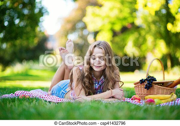 beau, parc, girl, pique-nique - csp41432796