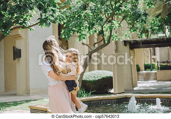 beau, peu, fille, elle, ensoleillé, avoir, mère, amusement, adorable, jour, heureux - csp57643013