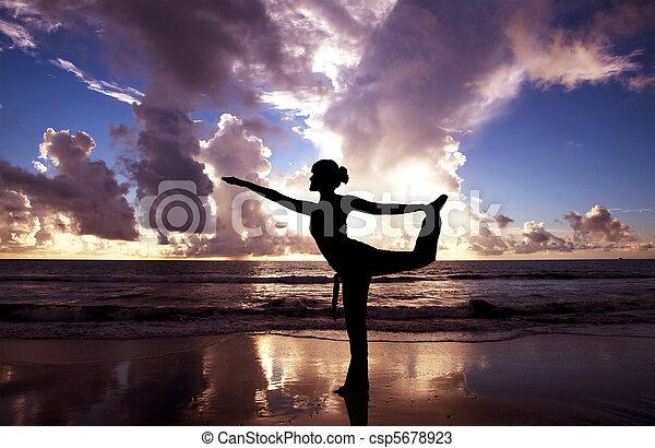 beau, plage, femme, yoga, levers de soleil - csp5678923