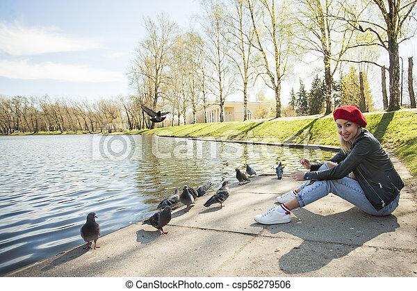 beau, porter, femme, city., parc, jeune, béret, extérieur, portrait, modèle, rouges, européen - csp58279506