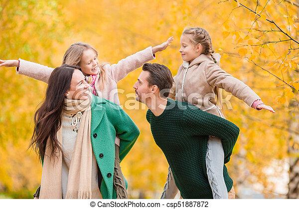 beau, quatre, famille, automne, dehors, jour, heureux - csp51887872