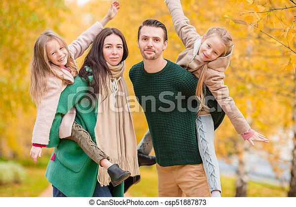 beau, quatre, famille, automne, dehors, jour, heureux - csp51887873