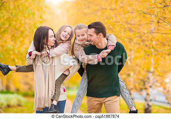 beau, quatre, famille, automne, dehors, jour, heureux - csp51887874