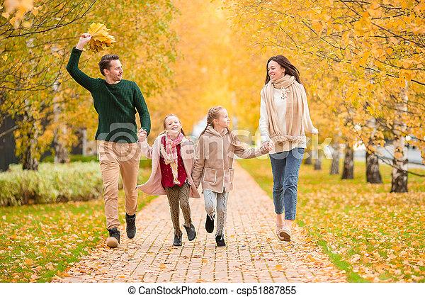 beau, quatre, famille, automne, dehors, jour, heureux - csp51887855