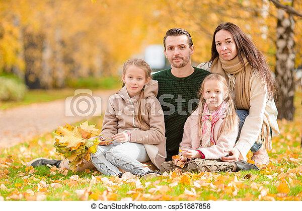 beau, quatre, famille, automne, dehors, jour, heureux - csp51887856