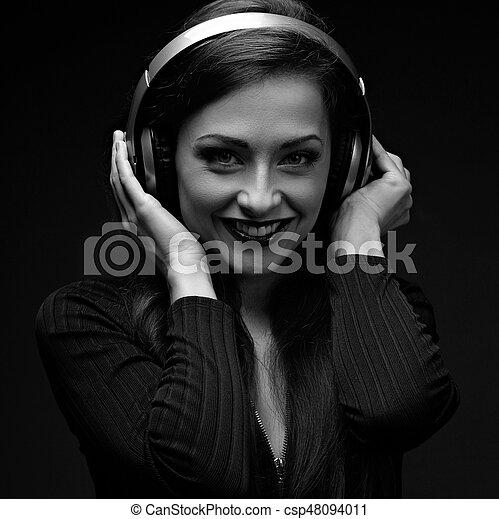 Beau Regarder Femme Sans Fil Closeup écoute Jeune Jaune