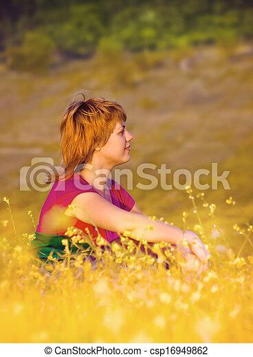 beau, séance, jeune, coucher soleil, girl, herbe - csp16949862