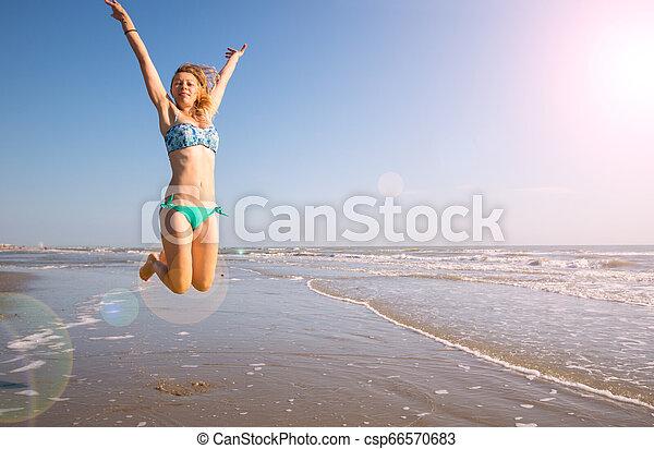 beau, saut, femme, plage, mer - csp66570683