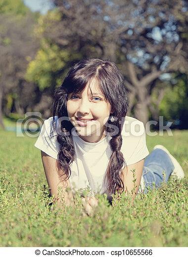 beau, yeux bleus, brunette, park., vert, portrait, girl, herbe - csp10655566