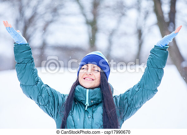 Beautiful brunette girl in the winter park. - csp17990670