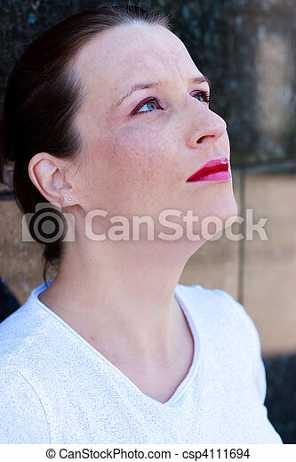 Beautiful young green-eyed woman looking up - csp4111694